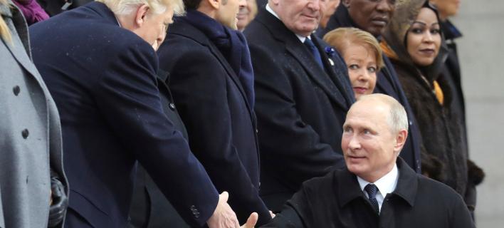 Εγκάρδια η χειραψία Τραμπ-Πούτιν (Φωτογραφία: Ludovic Marin/Pool Photo via AP)