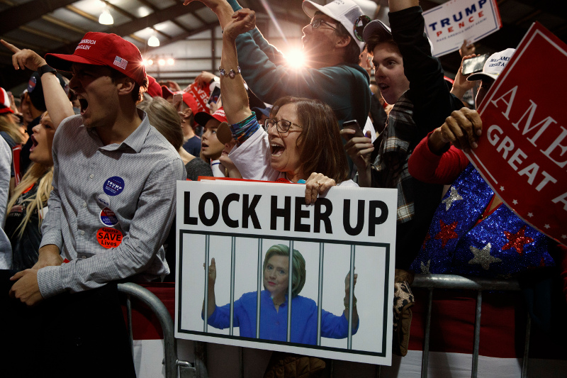 Οπαδοί του Τραμπ ζητούν τη φυλάκιση της Χίλαρι. Άλλες φορές στρέφονται κατά του Τύπου γενικά. Φωτογραφία: AP Photo/ Evan Vucci