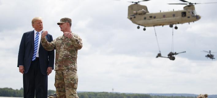 Ο Ντόναλντ Τραμπ με Αμερικανό στρατηγό (Φωτογραφία: AP/ Carolyn Kaster)