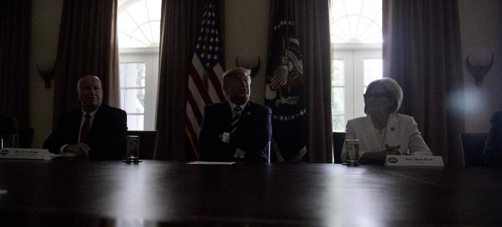 Ο Ντόναλντ Τραμπ στο σκοτάδι (Φωτογραφία: AP/ Andrew Harnik)