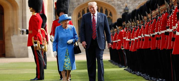 Ο Ντόναλντ Τραμπ και η βασίλισσα Ελισάβετ/ Φωτογραφία AP images