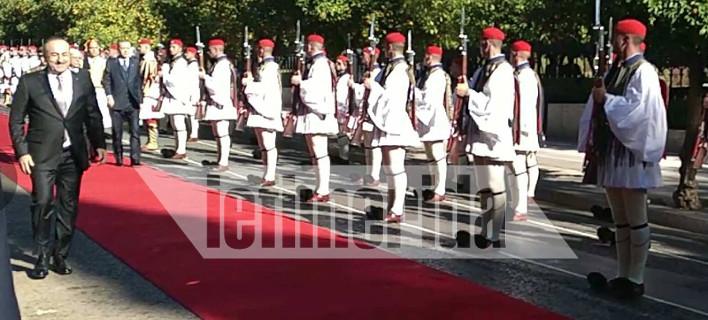 Το σπριντ του Τσαβούσογλου στο κόκκινο χαλί μπροστά στους Παυλόπουλο και Ερντογάν [εικόνες]