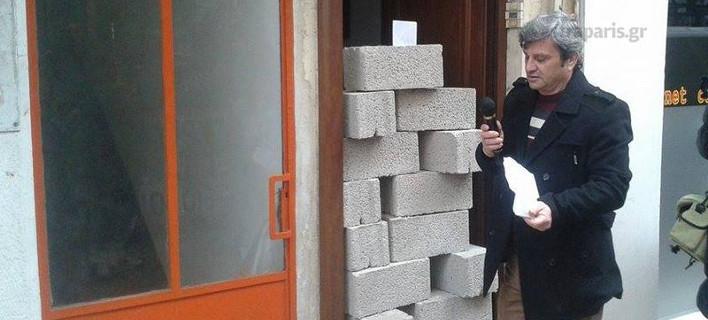 «Eχτισαν» με τσιμεντόλιθους τα γραφεία των βουλευτών Χίου [εικόνες]