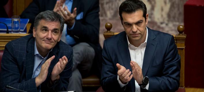 Bloomberg: Η απόφαση της Κομισιόν για τη δημοσιονομική θέση της Ελλάδας ενισχύει την έξοδό της στις αγορές
