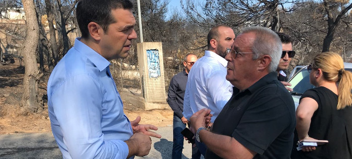 O Αλέξης Τσίπρας επιθεώρησε την άδεια από πολίτες καμένη περιοχή στο Μάτι