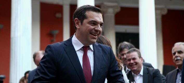 Η στιγμή που ο Τσίπρας φορά τη γραβάτα στο Μέγαρο Μαξίμου (Φωτογραφία: IntimeNews/ΤΖΑΜΑΡΟΣ ΠΑΝΑΓΙΩΤΗΣ)