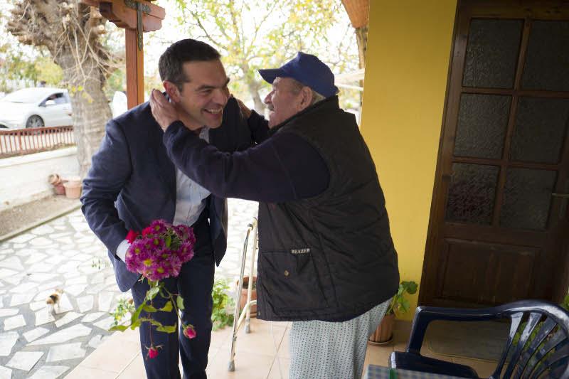 Εικόνες: Εκαναν μπλόκο στον Τσίπρα για να τον ευχαριστήσουν για το μέρισμα
