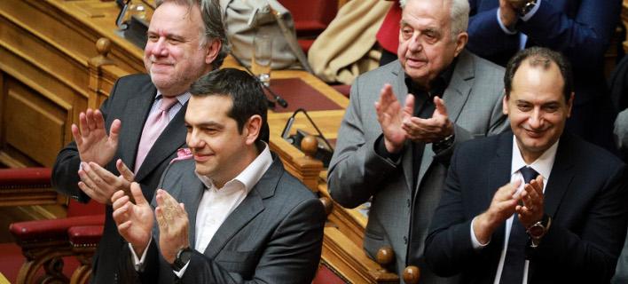 Στα υπουργικά ο πρωθυπουργός χειροκροτεί / Φωτογραφία: Eurokinissi
