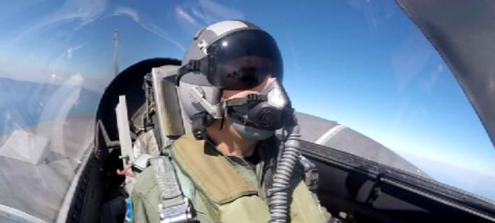 Ο Αλέξης Τσίπρας μέσα στο κόκπιτ του F-16 εν ώρα πτήσης [βίντεο & εικόνες]