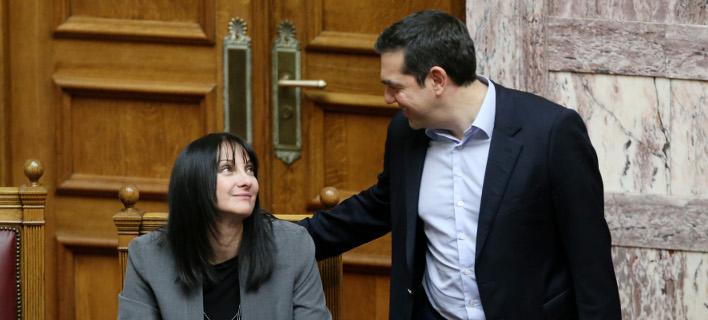 Ο Αλέξης Τσίπρας χαιρετά την βουλευτή των ΑΝΕΛ και υπ. Τουρισμού Ελενα Κουντουρά -Φωτογραφία: Intimenews/ΣΤΕΦΑΝΟΥ ΣΤΕΛΙΟΣ