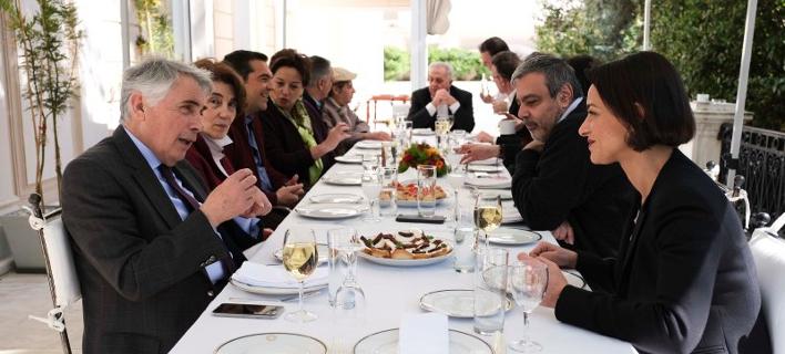 Ο Αλέξης Τσίπρας γευματίζει με τους υποψήφιους ευρωβουλευτές του ΣΥΡΙΖΑ
