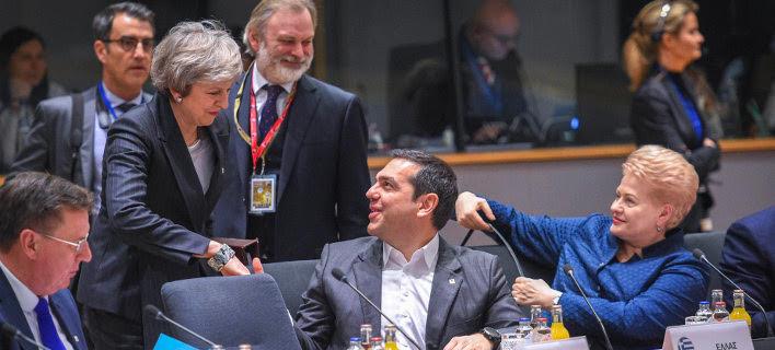 Ο Αλέξης Τσίπρας χαιρετά καθιστός την όρθια Τερέζα Μέι -Φωτογραφία: © European Union