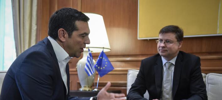 Από τη συνάντηση του πρωθυπουργού Αλέξη Τσίπρα με τον αντιπρόεδρο της Κομισιόν, Βάλντις Ντομπρόβσκις/Φωτογραφία: Eurokinissi