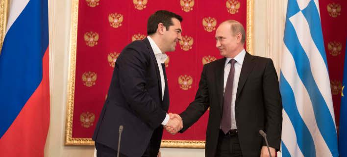 Ο Τσίπρας βιάστηκε να κάτσει στην καρέκλα και ο Πούτιν τον τράβηξε από το χέρι [βίντεο]