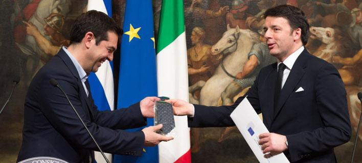 Τον Φεβρουάριου του 2015 ο Ματέο Ρέντσι είχε κάνει δώρο μία γραβάτα στον Αλέξη Τσίπρα