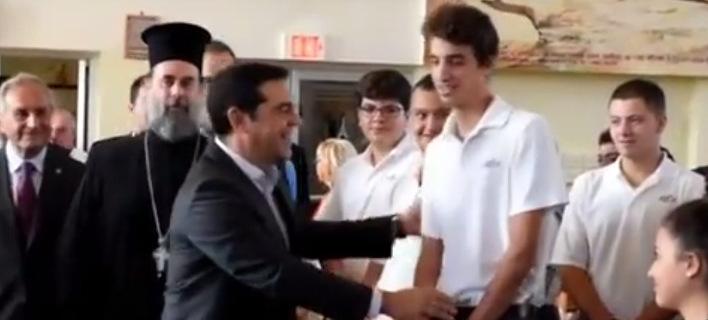 Μαθητής αρνήθηκε να χαιρετίσει τον Αλέξη Τσίπρα στην Αστόρια [βίντεο]