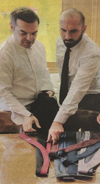 Τζανακόπουλος και Τσίπρας διαλέγουν γραβάτες στο Μαξίμου-Φωτογραφία: Αυγή