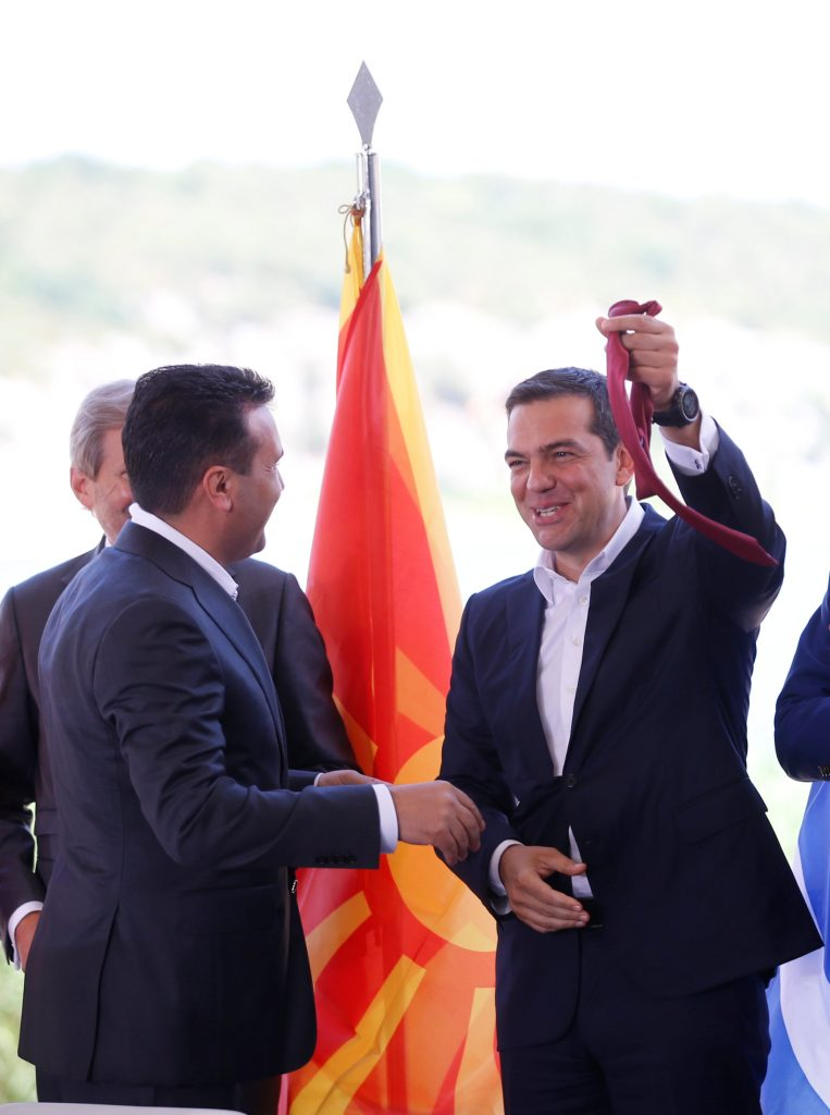 Η γραβάτα που χάρισε ο Ζάεφ στον Τσίπρα, κατά την υπογραφή της συμφωνίας στις Πρέσπες