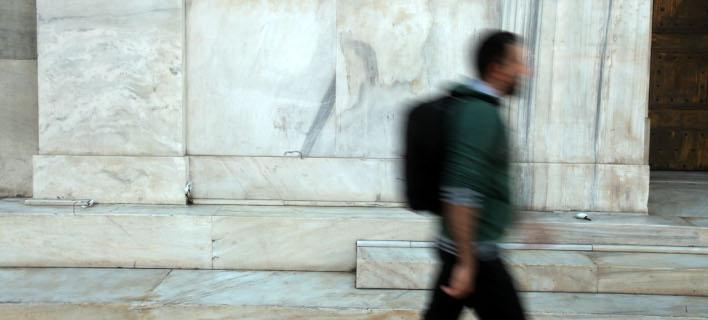 Περαστικός έξω από την Τράπεζα της Ελλάδας/Φωτογραφία: Eurokinissi