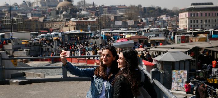 Κοπέλες φωτογραφίζονται στην Κωνσταντινούπολη/Φωτογραφία: ΑΡ