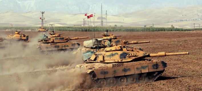 Τουρκικές δυνάμεις έχουν παραταχθεί στη μεθόριο με τη Συρία, έτοιμες για νέα επέμβαση (Φωτογραφία: DHA-via AP )