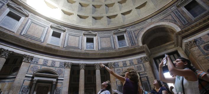 Τουρίστες στο εσωτερικό του ναού, φωτογραφίζουν το χώρο (πηγή: apimages)