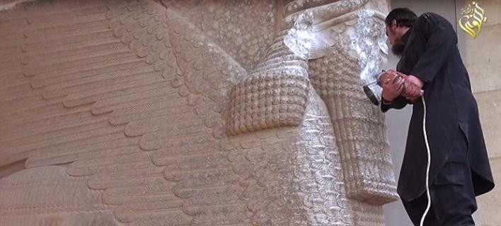 Βεβήλωση: Τζιχαντιστές του ISIS σπάνε με βαριοπούλες αγάλματα 3.000 ετών [εικόνες&βίντεο]