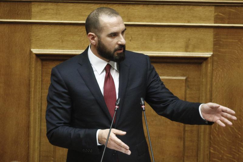 Ο Δημήτρης Τζανακόπουλος με τη γραβάτα που δάνεισε στον Αλέξη Τσίπρα, ενώ μιλάει στη Βουλή.