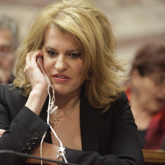 Θεοδώρα Τζάκρη, η βουλευτής που τολμάει να τα βάζει με τη Ζωή Κωνσταντοπούλου