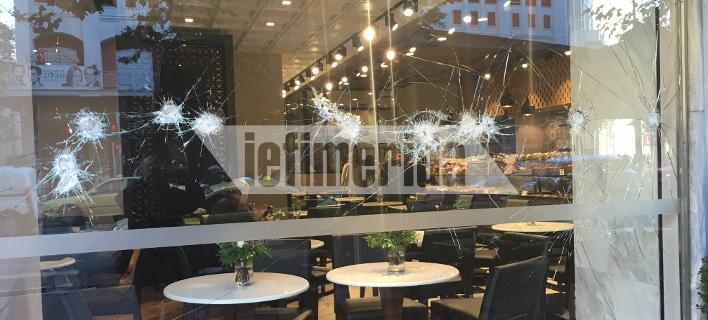 Αντιεξουσιαστές με βαριοπούλες και πέτρες χτυπούσαν τις τζαμαρίες καφετέριας & καταστήματος υποδημάτων [εικόνες]