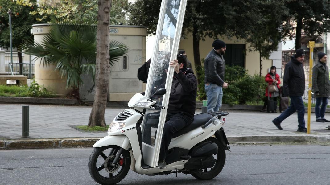 «Προφητικό»; Εξω από τα γραφεία του ΣΥΡΙΖΑ, την ώρα της συνεδρίασης υπό τον Τσίπρα -Φωτογραφία: George Vitsaras / SOOC