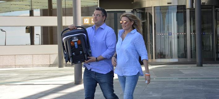 Ο Τζιτζικώστας με τη σύζυγό του βγήκαν από το μαιευτήριο -Αγκαλιά με το μωρό τους [βίντεο]