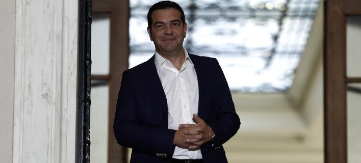 Ο Τσίπρας υποδέχεται τους βουλευτές ΣΥΡΙΖΑ και ΑΝΕΛ – Τυροπιτάκια, μπόμπες και ποτό στο Μαξίμου [εικόνες & βίντεο]
