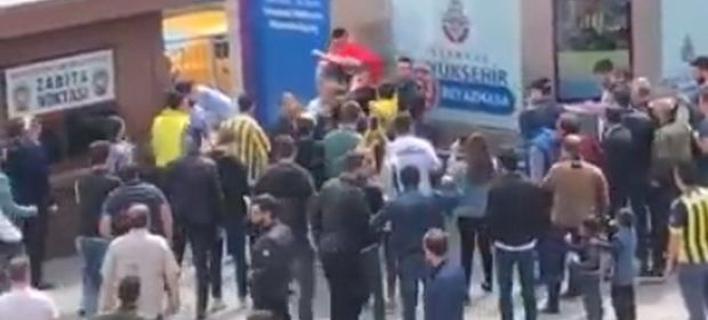 Aπίστευτο: Οπαδός του Ολυμπιακού έδωσε την μπλούζα του σε Τούρκους για να γλυτώσει το ξύλο [βίντεο]
