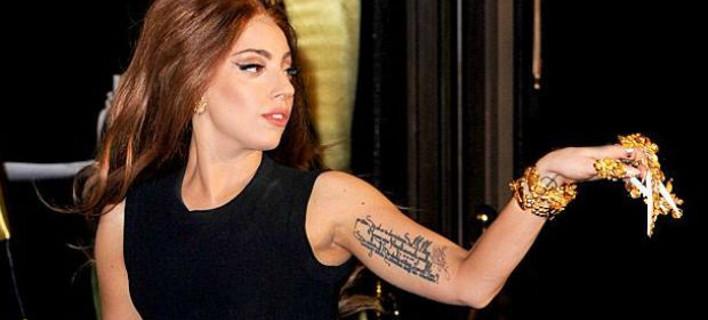 Η Lady Gaga άβαφη και ντυμένη φυσιολογικά κάνει ποδήλατο στην Ισπανία [εικόνες]