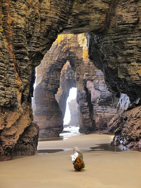 παραλία γεμάτη βράχους-καμάρες στην Ισπανία