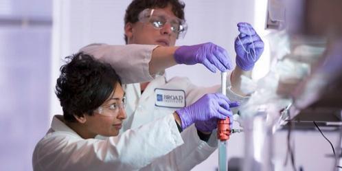 Η Σόνια Βάλαμπ και ο άνδρας της, Έρικ Μίνικελ στο εργαστήριο (Φωτογραφία: Twitter/ prionalliance)