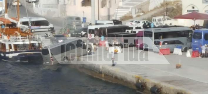 Βανάκι στο λιμάνι της Σαντορίνης αιωρείται πάνω από τη θάλασσα [εικόνες]