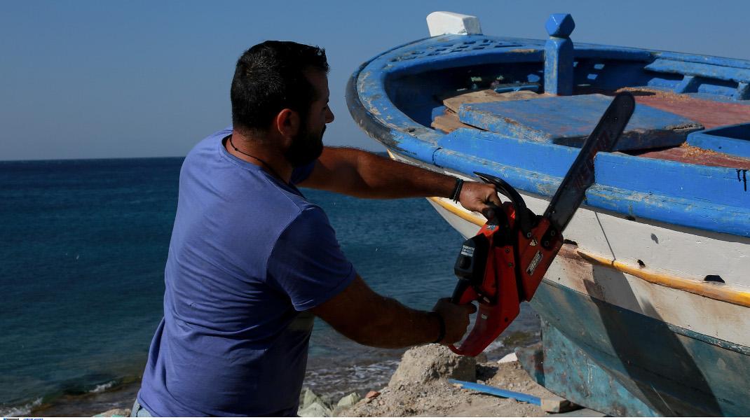 Το σπάσιμο δύο ξύλινων αλιευτικών σκαφών στο Πλωμάρι της Λέσβου-Intimenews/ΛΑΓΟΥΤΑΡΗΣ ΜΑΝΩΛΗΣ