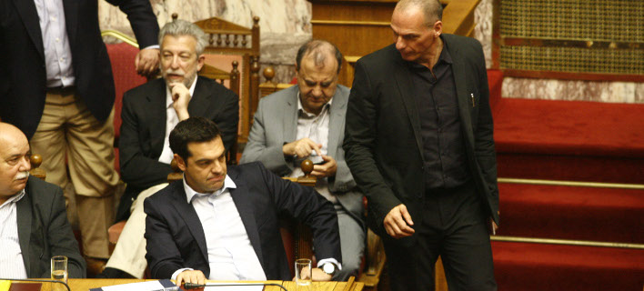 Ο Βαρουφάκης αποκάλυψε SMS που αντάλλαξε με τον Τσίπρα (Φωτογραφία: EUROKINISSI/ΓΙΩΡΓΟΣ ΚΟΝΤΑΡΙΝΗΣ)
