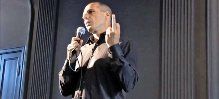 Βραβεύθηκε το υψωμένο μεσαίο δάχτυλο του Βαρουφάκη -Διάκριση για το σατιρικό βίντεο σε γερμανικά βραβεία [βίντεο]