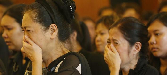 Οι Ταϊλανδοί θρηνούν τον βασιλιά τους -Ντυμένοι στα μαύρα, κλαίνε όπου κι αν βρεθούν [εικόνες]