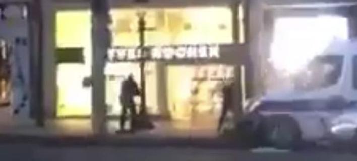 Βίντεο-ντοκουμέντο: Η στιγμή που οι αστυνομικοί πυροβολούν τον δράστη στο Παρίσι