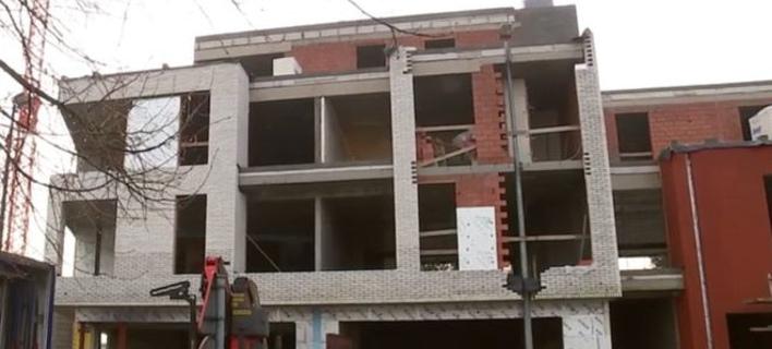 Τριγύρω το κτίριο και στη μέση ο φανοστάτης (Φωτογραφία: VRT)