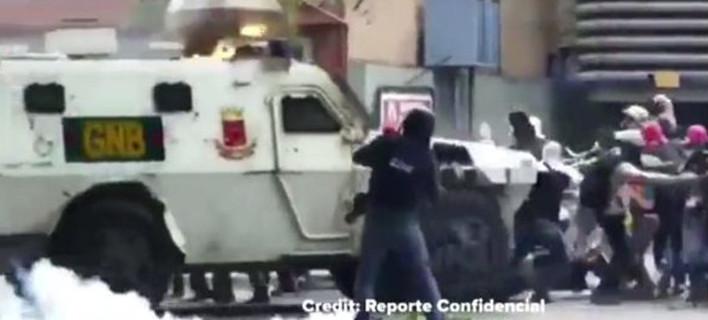 Σοκαριστικό βίντεο από τη Βενεζουέλα: Θωρακισμένο όχημα πατά διαδηλωτές [βίντεο]