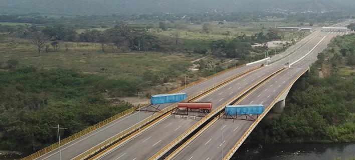 O Mαδούρο έκλεισε γέφυρα στα σύνορα για να μπλοκάρει την άφιξη ανθρωπιστικής βοήθειας