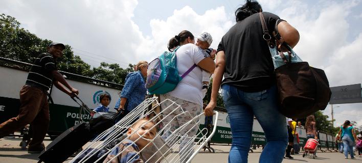 Ένα εκατομμύριο έφυγαν από τη Βενεζουέλα για την Κολομβια λόγω κρίσης, ανάμεσά τους πολλές μάνες με τα παιδιά τους (Φωτογραφία: ΑΡ/Fernando Vergara)