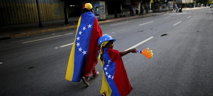 Διαδηλωτές κατά της κυβέρνησης Μαδούρο στους δρόμους. Φωτογραφία: AP Photo/Ariana Cubillos, File