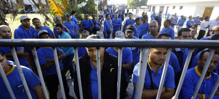Εργαζόμενοι της Goodyear έξω από το κλειστό εργοστάσιο/ Φωτογραφία: AP- Juan Carlos Hernandez