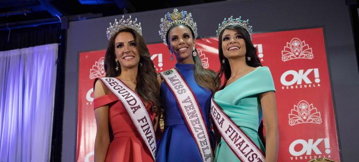 Η «Μις Βενεζουέλα» (στο κέντρο) με τις 2 φιναλίστ του διαγωνισμού/ Φωτογραφία: ΑΠΕ/ EPA-Cristian Hernandez